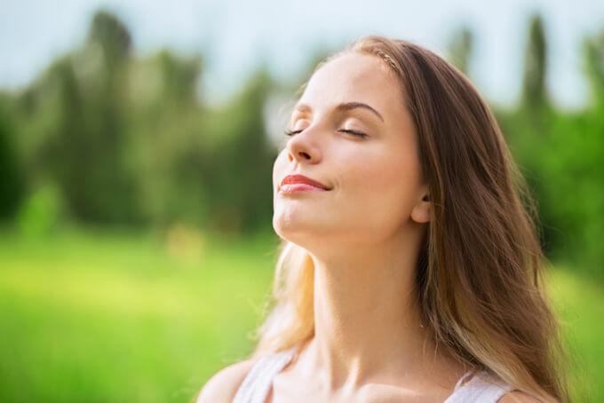 呼吸をしながら体と対話する女性