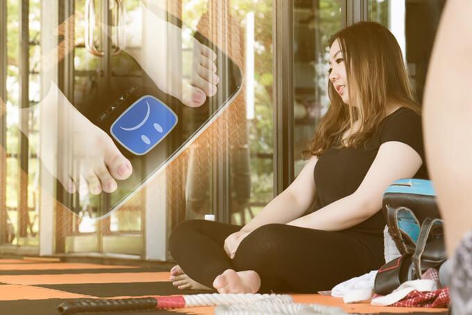 トレーニングジムでぽっちゃり女性が座り込んでいる画像