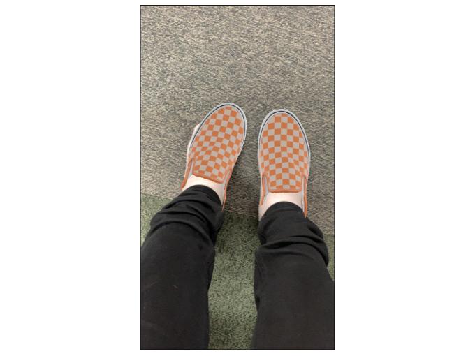 オレンジ色の靴を表示した画像