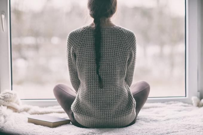 瞑想しながら自分の体の声おを聞く女性