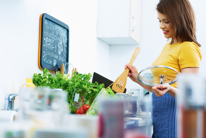 調理をしている女性の画像