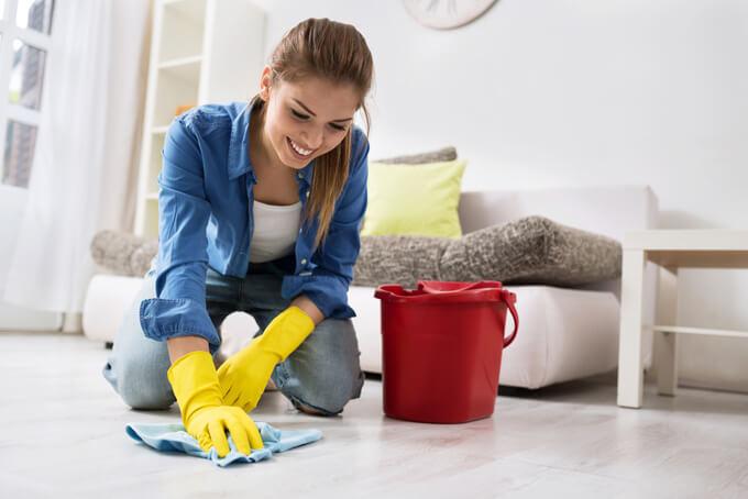 床を水拭きしている女性の画像
