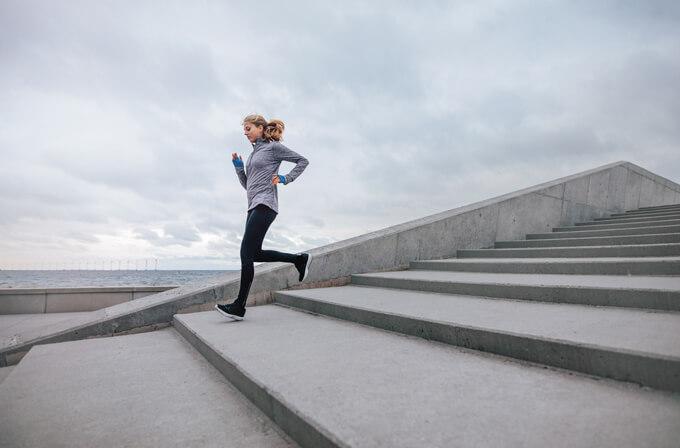 階段をおりるトレーニングをする女性