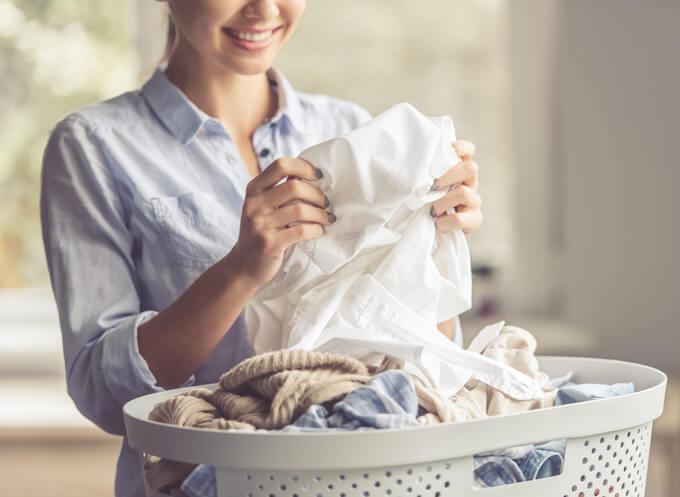 洗濯をしている女性の画像