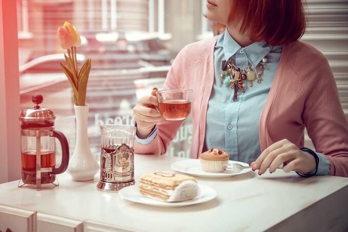 カフェでケーキを食べている女性