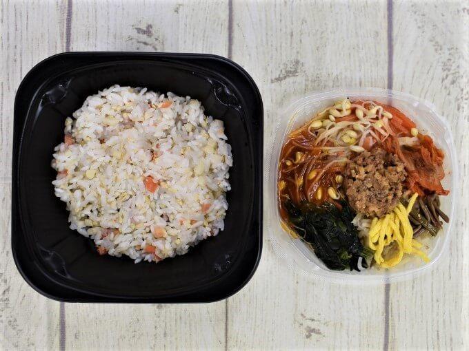 フタを開けた「8品目野菜と牛そぼろのビビンパ丼」の画像