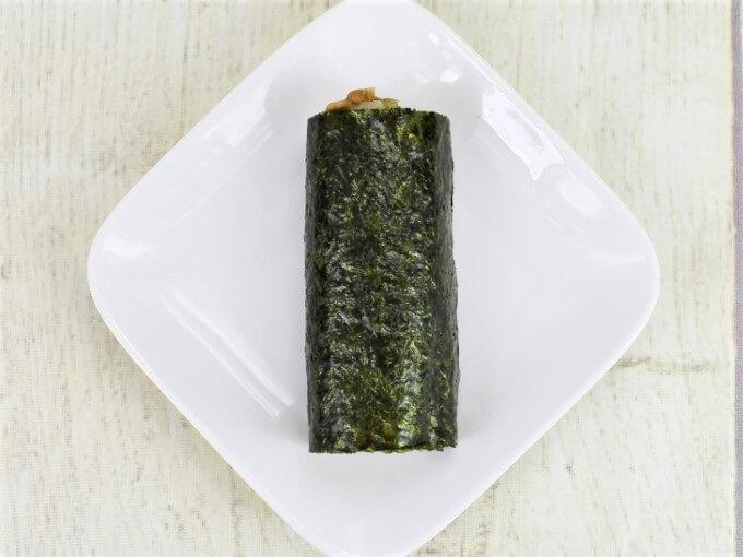 パッケージから取り出した「手巻寿司 ツーンと辛い! わさび納豆巻」の画像