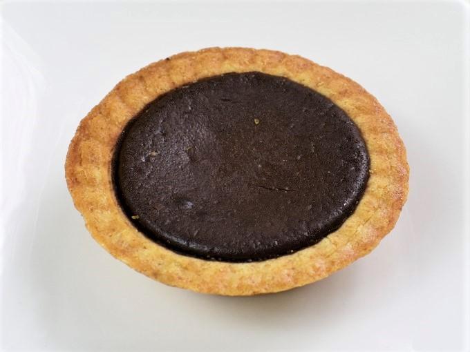 皿に盛った「全粒粉のチョコタルト」の画像