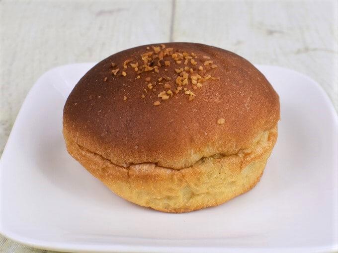 お皿に盛った「ブランのダブルクリームパン」の画像