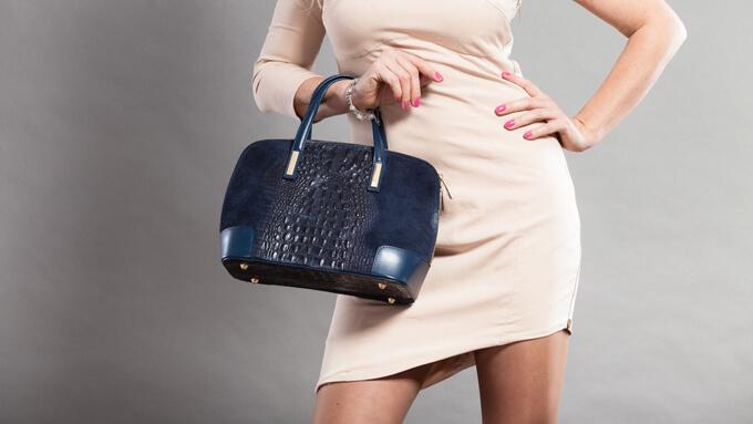 バッグを持ったワンピースの女性の画像