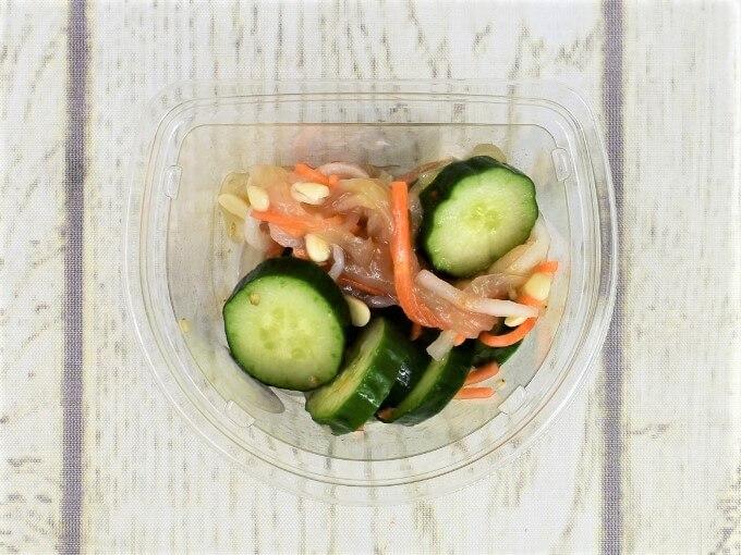 フタを開けた「きゅうりと中華くらげのサラダ」の画像
