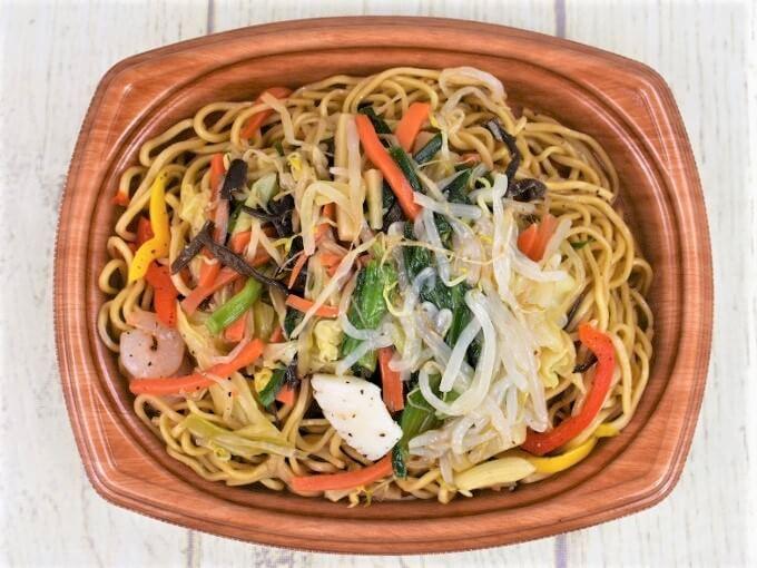 容器の蓋を外した「オイスターソース香る 彩り野菜の上海焼そば」の画像