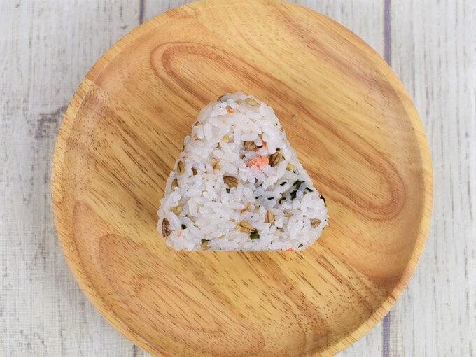 「スーパー大麦 紅鮭わかめ」を上から見た画像