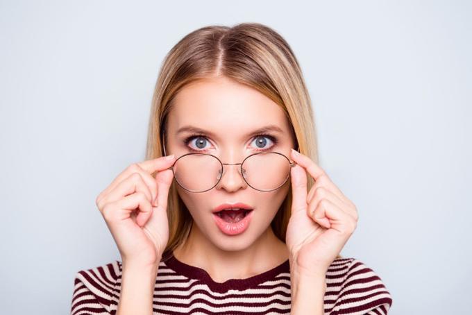 眼鏡から遠くを見ようとする女性