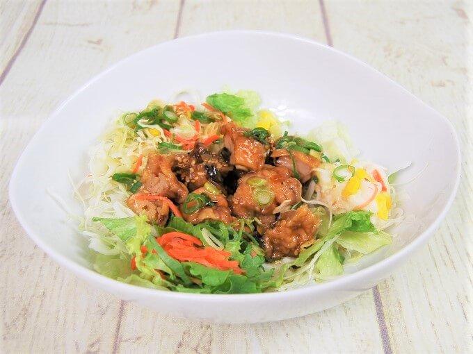 お皿に盛った「ねぎ唐揚げのサラダ」の画像
