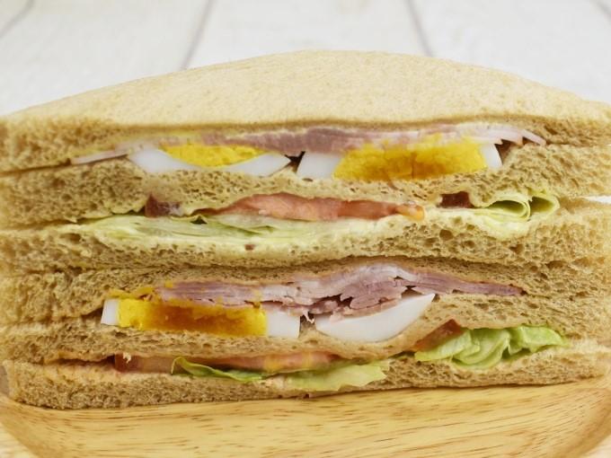 アップにした「全粒粉サンドベーコンエッグトマト」の画像