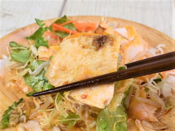 「四川風よだれ鶏のサラダ」を箸で持ち上げた画像