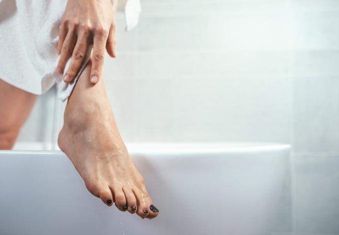 バスルームで保湿している女性