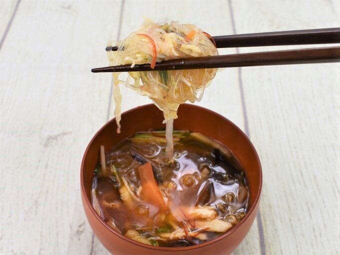 箸ですくった「麻辣春雨スープ」の画像