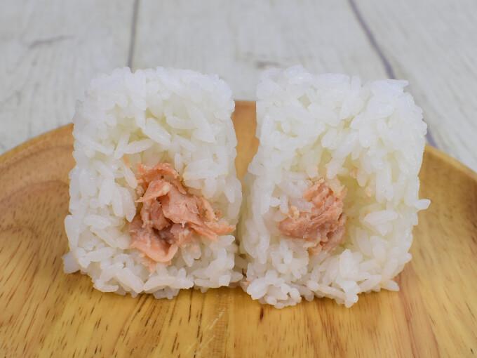 断面を見せた「厳選米おむすび鮭の西京漬け」の画像