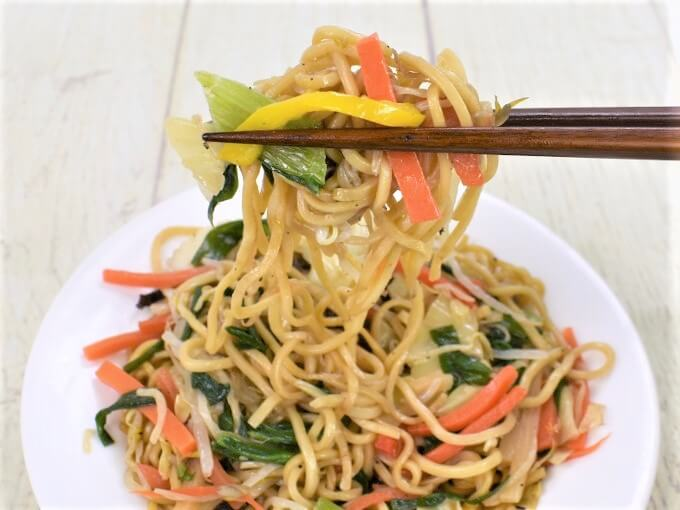 箸ですくった「オイスターソース香る 彩り野菜の上海焼そば」の画像