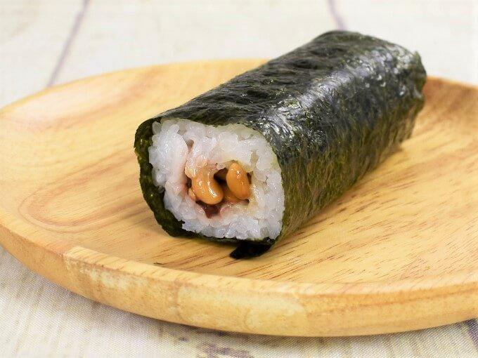 「手巻寿司 梅黒酢納豆」が斜めに皿に置かれた画像