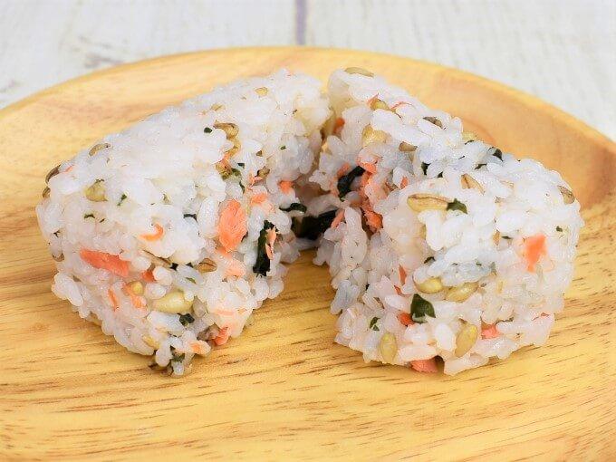 「スーパー大麦 紅鮭わかめ」をアップにした画像