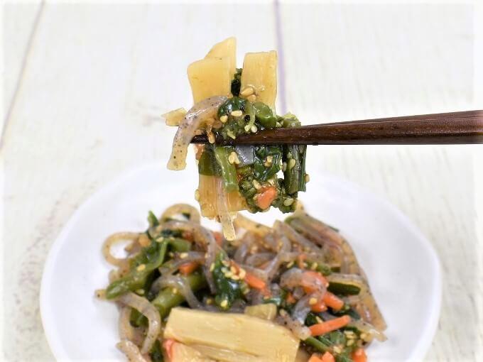 箸で持ち上げた「菜の花と筍の柚子胡椒風味」の画像