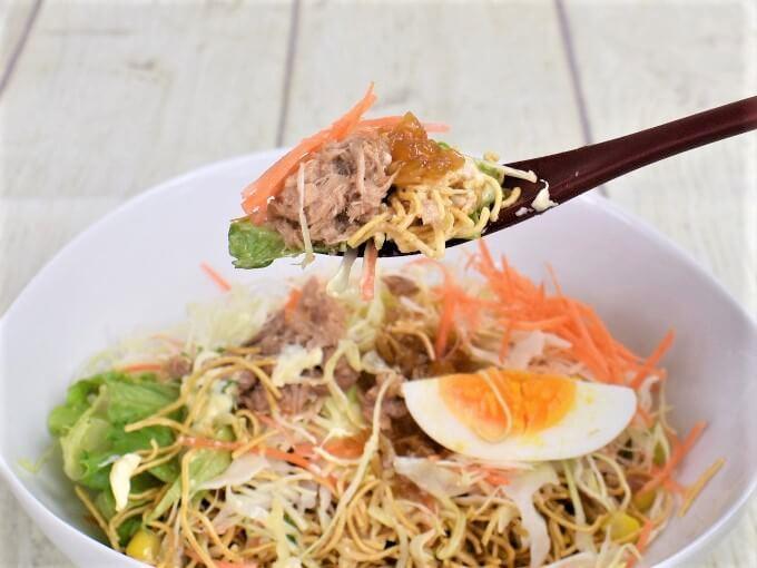 スプーンで持った「まぜて食べる! パリパリ麺サラダ」の画像