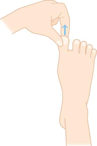 足指を引っ張る