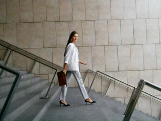 階段を颯爽とおりる女性