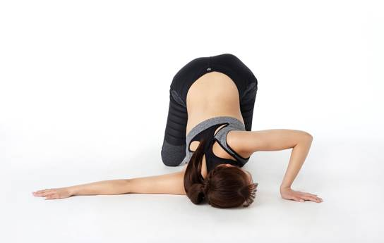 腕を伸ばして、上体を床につける