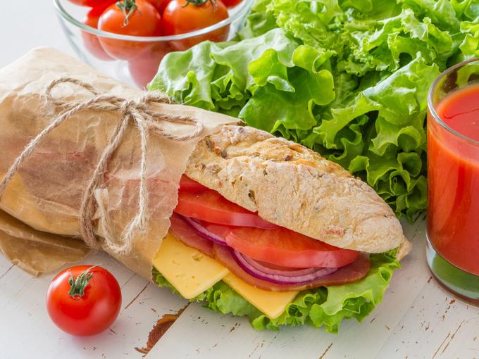 サラダとサンドイッチの写真