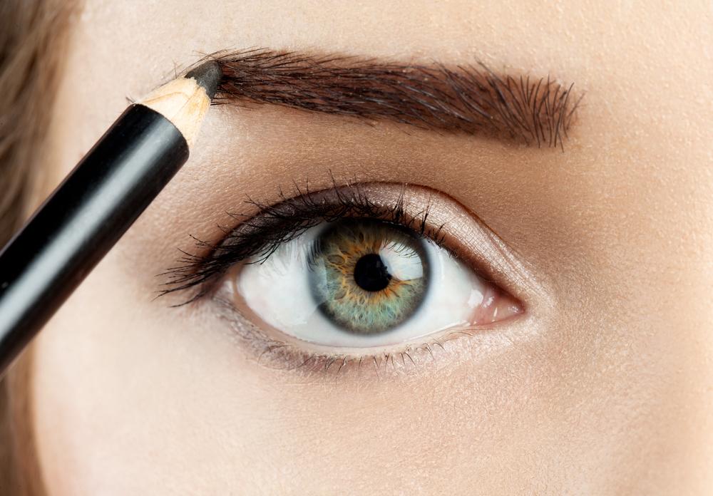 眉毛を描いている女性の画像