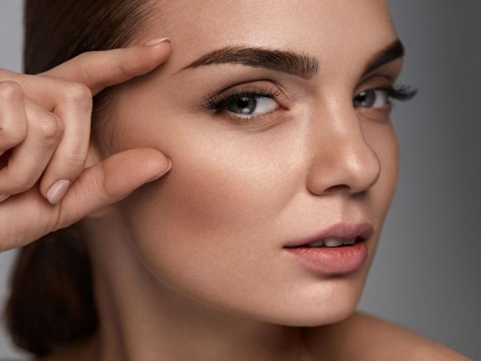 眉毛を強調している女性の画像
