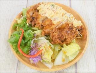 チキン南蛮とみずみずしいレタスの名コンビ! ファミマサラダの新メニュー「チキン南蛮のサラダ」