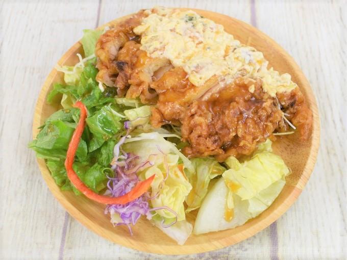 お皿に盛った「チキン南蛮のサラダ」の画像