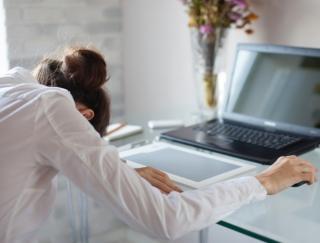 睡魔対策に活躍!眠気を乗り越えるためのアプリ「ブルっと 居眠り防止」