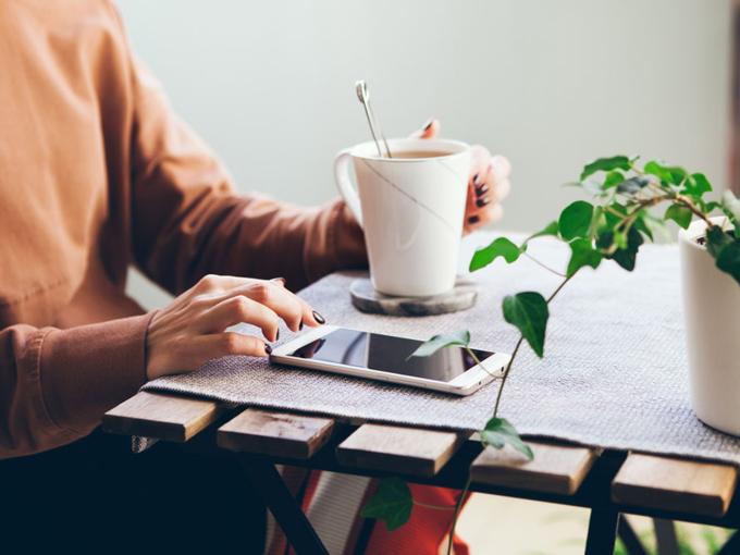 お茶を飲む女性の画像