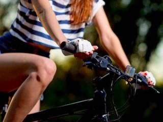 サイクリングする女性の画像