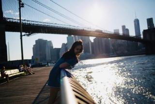 ニューヨークの河辺でフォトジェニックな女性