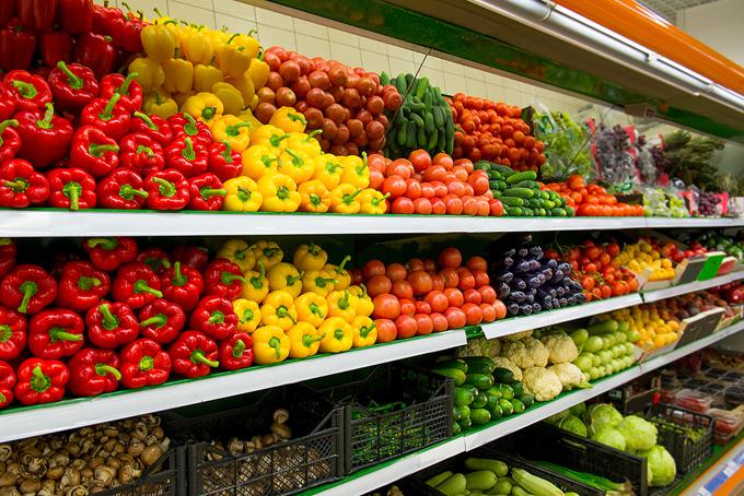 野菜売り場に並ぶたくさんの野菜の画像