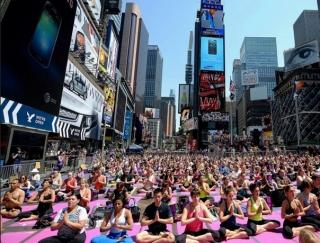 タイムズスクエアでヨガを! 毎夏の恒例の野外イベントに参加してみませんか?