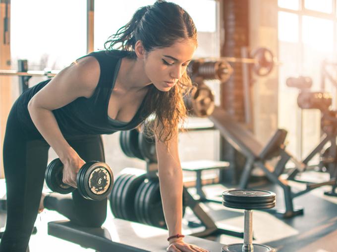 重りを持ってトレーニングをする女性