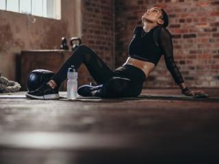 トレーニング後、疲れている女性
