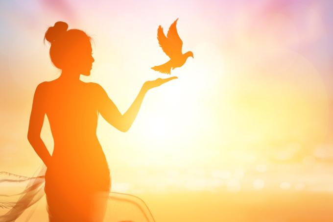 鳥と女性の幸せなイメージ