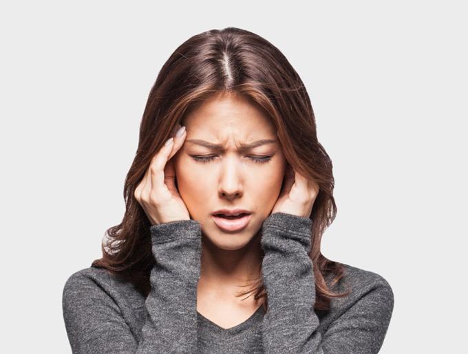 頭痛に苦しんでいる女性