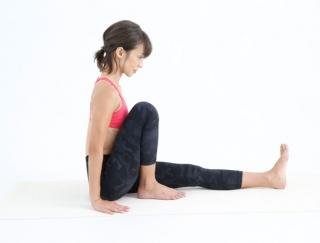 目指すは花田美恵子さんの腹筋!お腹やせに効果的な「片ひざを立てた前屈のポーズ」