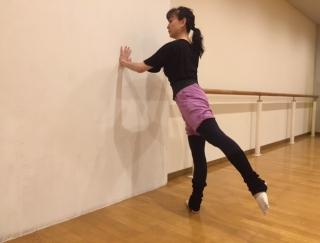 壁一枚あればOK!バレエダンサーが教える、ヒップアップストレッチ