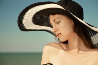 黒い麦わら帽子の女性の画像